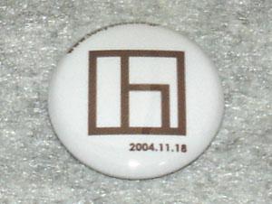 会社のロコマークと記念缶バッジ